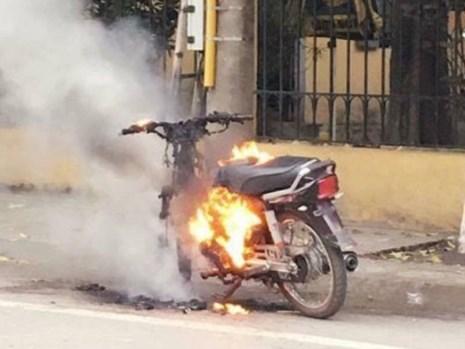 Chửi bới, đốt xe máy vì bị CSGT kiểm tra - 1