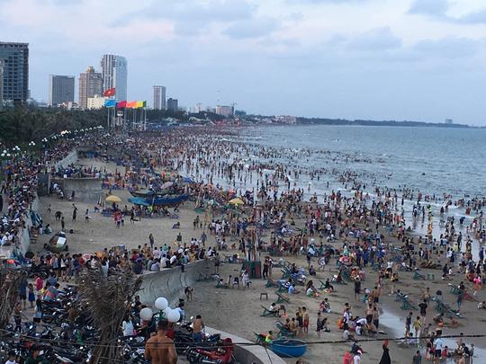 Nóng trong ngày: Bãi biển ngộp thở, vạn khách phải quay về - 1