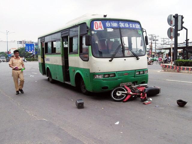 Va chạm với xe buýt, cụ ông bị hất văng xa nhiều mét - 1