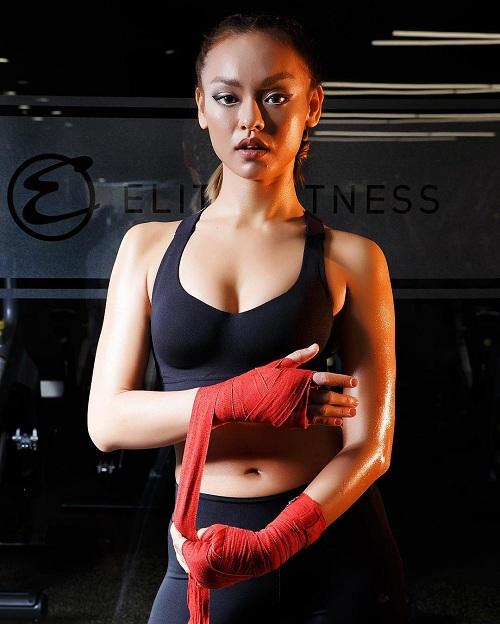 """Mỹ nữ đùi to Mai Ngô múa cột """"nóng bỏng mắt"""" trong phòng gym - 1"""
