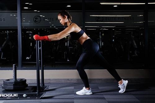 """Mỹ nữ đùi to Mai Ngô múa cột """"nóng bỏng mắt"""" trong phòng gym - 2"""