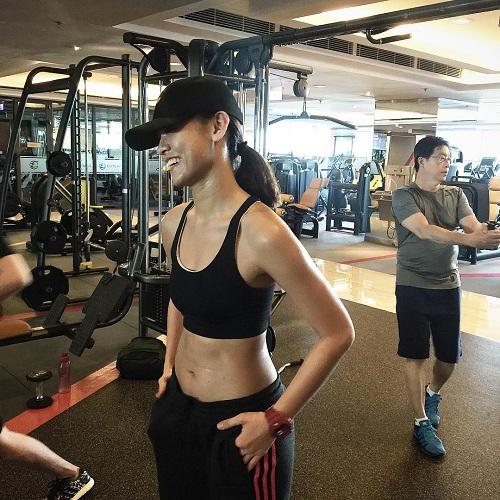 """Mỹ nữ đùi to Mai Ngô múa cột """"nóng bỏng mắt"""" trong phòng gym - 4"""