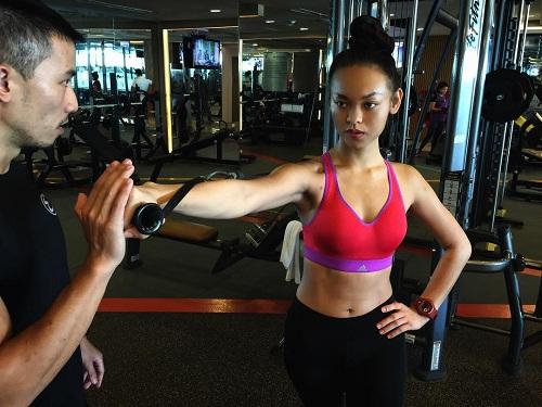 """Mỹ nữ đùi to Mai Ngô múa cột """"nóng bỏng mắt"""" trong phòng gym - 5"""