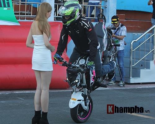 Nữ biker Thái làm xiếc với xe khiến người đẹp Việt thót tim - 10