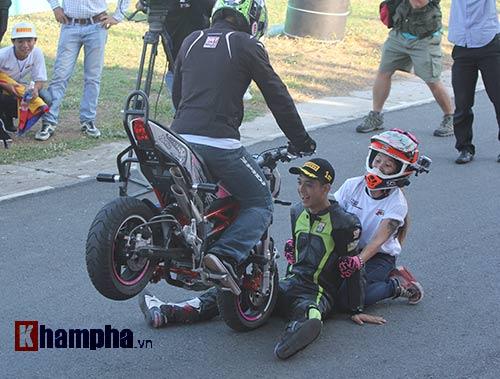 Nữ biker Thái làm xiếc với xe khiến người đẹp Việt thót tim - 11