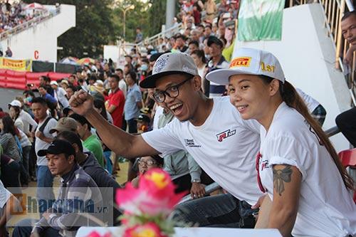 Nữ biker Thái làm xiếc với xe khiến người đẹp Việt thót tim - 3