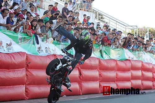 Nữ biker Thái làm xiếc với xe khiến người đẹp Việt thót tim - 4