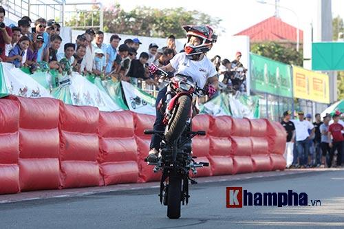 Nữ biker Thái làm xiếc với xe khiến người đẹp Việt thót tim - 5