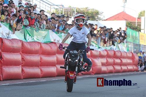 Nữ biker Thái làm xiếc với xe khiến người đẹp Việt thót tim - 7