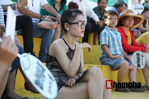 Nữ biker Thái làm xiếc với xe khiến người đẹp Việt thót tim - 8