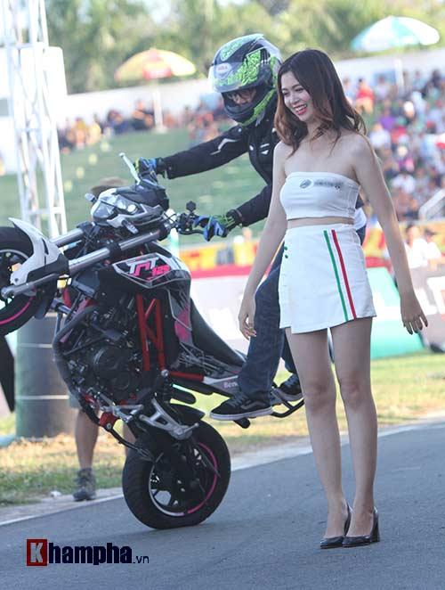 Nữ biker Thái làm xiếc với xe khiến người đẹp Việt thót tim - 9