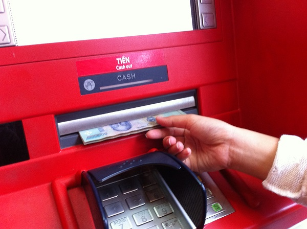 Chủ thẻ ATM chỉ phải chịu 2 loại phí dịch vụ trong tổng số 6 loại phí này - 1