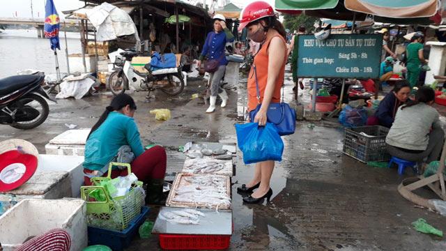 Quảng Trị: Chợ cháy hàng vì người dân đổ xô mua mực - 2