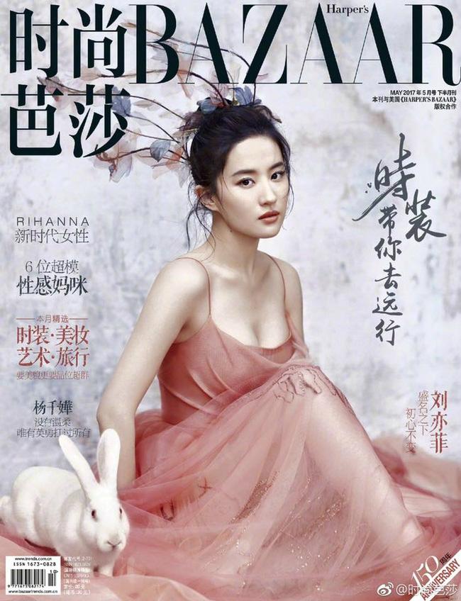 """Lưu Diệc Phi trở thành gương mặt trang bìa của tạp chí Harper's Bazaar số ra tháng 5. Qua đó Thần tiên tỷ tỷ khoe vòng một căng tràn sức sống cùng nhan sắc thuần khiết """"vạn người mê""""."""
