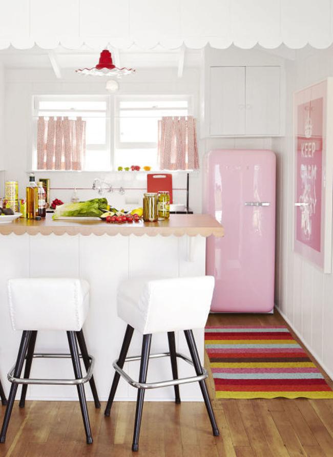 Theo các chuyên gia nội thất, hồng phấn, hay còn được biết tới với tên gọi hồng thạch anh là màu sắc lên ngôi của năm nay. Nó mang đến cho không gian sự trẻ trung và lãng mạn.