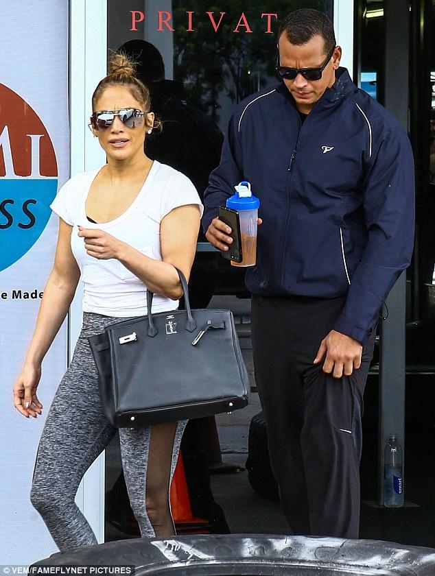 Điều gì khiến  Irina Shayk xách túi Hermes vào tận phòng gym? - 6