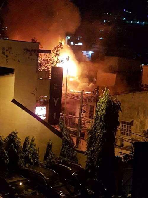 """3 căn nhà ở trung tâm SG bị """"bà hỏa"""" thiêu rụi trong đêm - 1"""