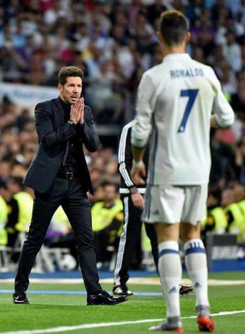 """Ronaldo ăn mừng lạ: """"Khóa miệng"""" fan Real phong trào - 8"""