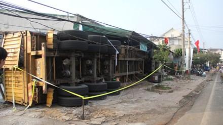 Xe đầu kéo ủi sập 3 nhà dân sau cú lật kinh hoàng trong đêm - 2
