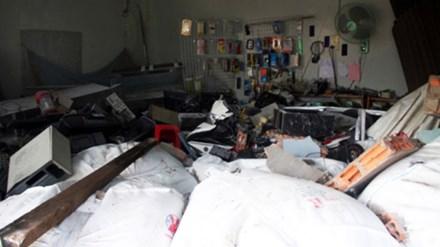 Xe đầu kéo ủi sập 3 nhà dân sau cú lật kinh hoàng trong đêm - 3