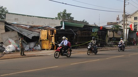 Xe đầu kéo ủi sập 3 nhà dân sau cú lật kinh hoàng trong đêm - 1