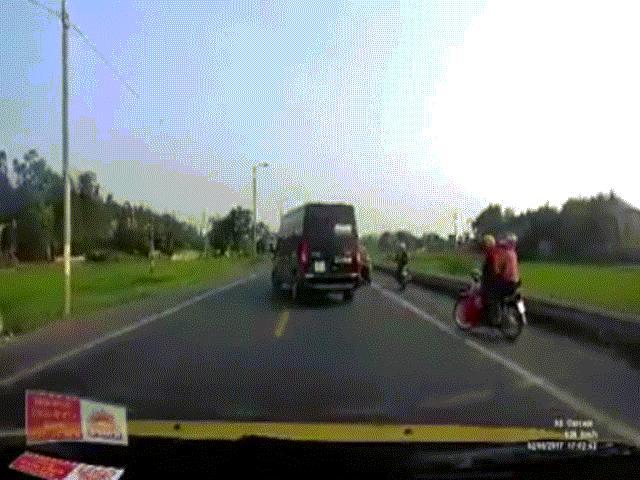 Xe khách lấn làn, ép xe máy rơi xuống đèo Bảo Lộc - 3