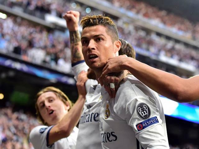 Ronaldo ăn mừng lạ: