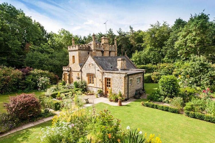 Lâu đài nhỏ nhất nước Anh được rao bán với giá rẻ bất ngờ - 1