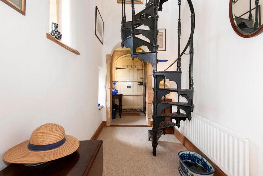 Lâu đài nhỏ nhất nước Anh được rao bán với giá rẻ bất ngờ - 4