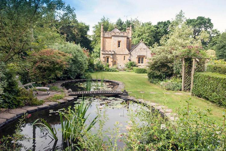 Lâu đài nhỏ nhất nước Anh được rao bán với giá rẻ bất ngờ - 8