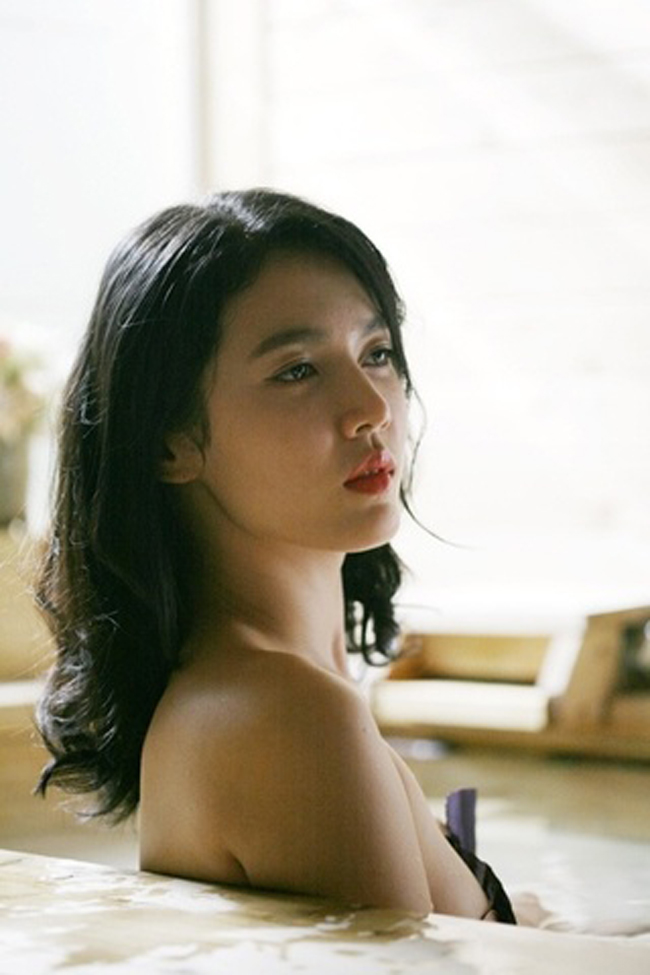 Trên màn ảnh châu Á, đặc biệt là Hàn Quốc, đề tài về nữ sinh không phải hiếm. Các nhà làm phim Hàn Quốc còn mạnh dạn khai thác chủ đề về các nữ sinh táo bạo trong chuyện tình yêu. Nữ diễn viên Park Hyun Jin được nhắc đến nhiều nhất với vai cô sinh viên khoa điêu khắc của bộ phim điện ảnh Natalie (tựa tiếng Việt: Thần Vệ Nữ).