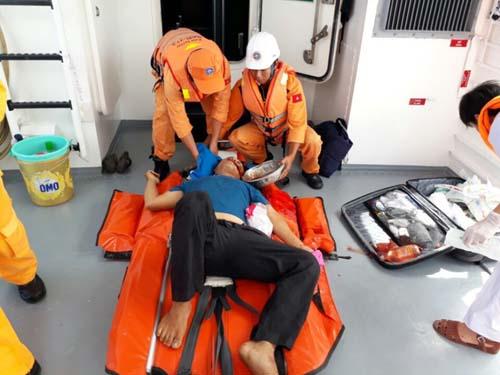 Vượt sóng cao, đưa ngư dân nôn ra máu vào bờ cấp cứu - 1
