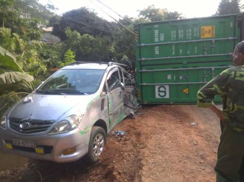 Xe container ôm cua bất ngờ bị lật, đè trúng 2 ô tô - 2