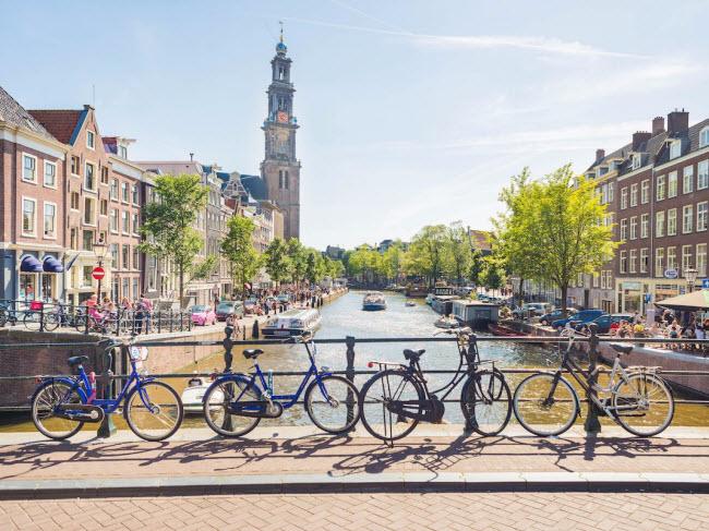 Khung cảnh mùa hè tuyệt đẹp ở thành phố Amsterdam, Hà Lan.
