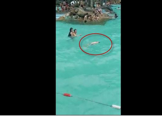 Sốc: Bé trai đuối nước nổi bồng bềnh ở bể bơi, du khách vẫn không hề biết - 1