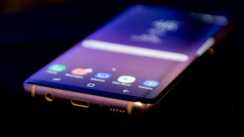 BlackBerry KEYone so kè cùng Galaxy S8 - 2