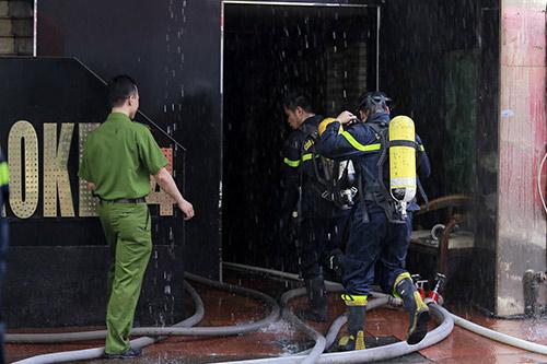 Hà Nội: Điều hoà phát nổ, quán karaoke 7 tầng bốc cháy - 2
