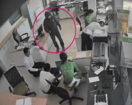 Camera của dân chụp được hình giống nghi phạm cướp ngân hàng - 1