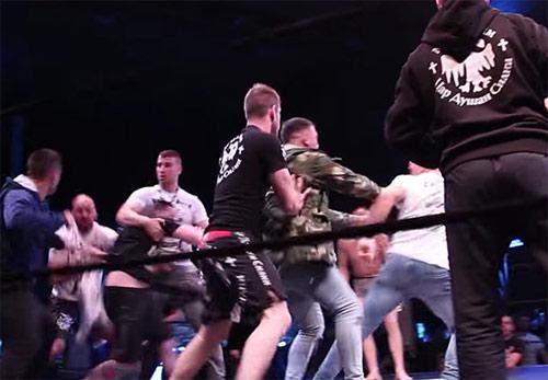 """MMA: """"Kẻ tâm thần"""" chơi bẩn, ẩu đả loạn võ đài - 2"""