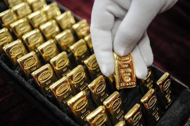 Giá vàng rơi thê thảm, nhà đầu tư tháo chạy - 1