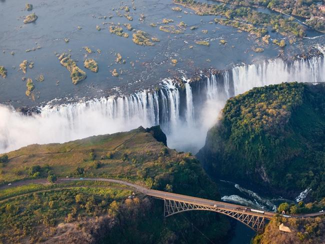 """1. Thác nước Victoria: Bắt nguồn từ sông Zambezi, thác nước Victoria nằm tại miền nam châu Phi, giữa biên giới Zambia và Zimbabwe. Thác nước được David Livingstone, nhà truyền giáo và thám hiểm người Scotland khám phá ra năm 1855. Ông đặt tên thác nước là Victoria dựa trên lòng tôn kính với nữ hoàng Anh, nhưng tên theo tiếng Tonga bản địa, Mosi-oa-Tunya nghĩa là """"khói bốc lên từ sấm sét""""."""