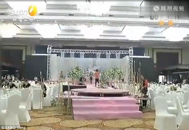Đang cưới dở, cô dâu gọi cảnh sát đến bắt chú rể - 1