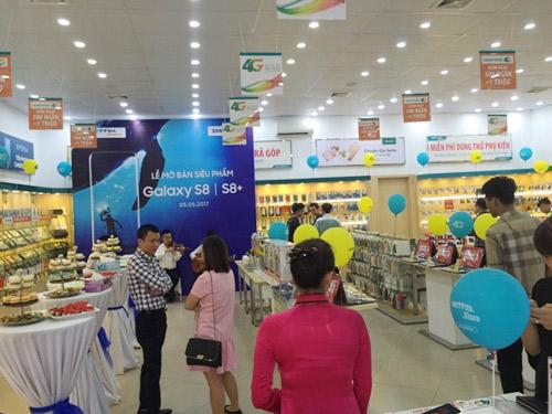 Không khí ngày đầu tiên mở bán Samsung Galaxy S8/S8+ tại Viettel Store - 2