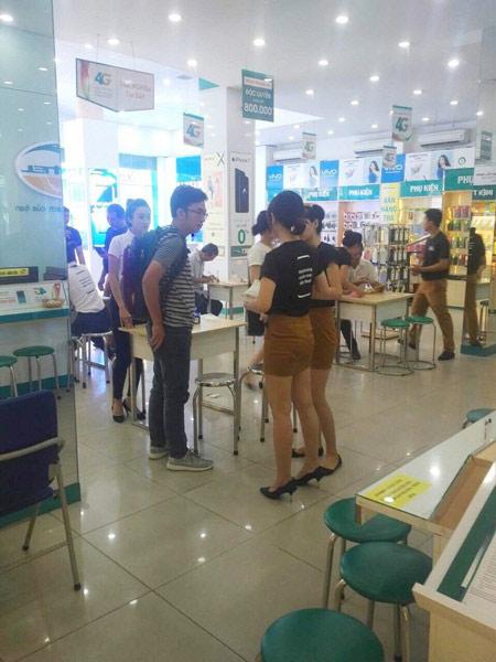 Không khí ngày đầu tiên mở bán Samsung Galaxy S8/S8+ tại Viettel Store - 5