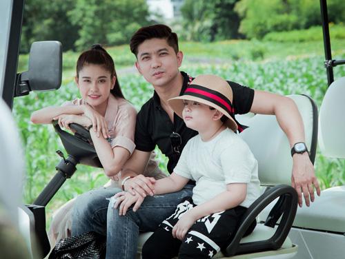 Không ngờ vợ chồng Tim - Quỳnh Anh lại vô tư tình tứ trước con thế - 1