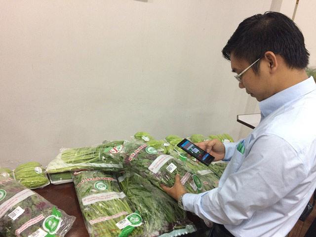 Mỗi gói rau, người mua phải trả thêm 120- 250 đồng tiền dán tem - 1