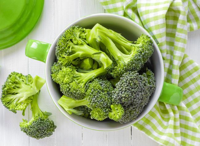 1. Luộc rau làm mất đi khá nhiều chất dinh dưỡng, đặc biệt là vitamin C bị hòa tan trong nước. Cách chế biến giữ được tối đa các chất có ích cho sức khỏe là hấp và đậy kín vung.