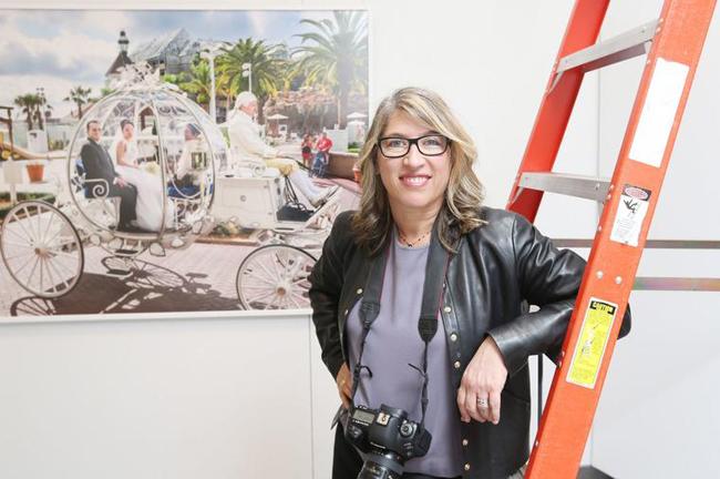 Từ những năm 90 của thế kỉ trước, nữ nhiếp ảnh gia người Mỹ Laura Greenfield đã bắt đầu đi sâu vào phỏng vấn, ghi hình lại cuộc sống của giới thượng lưu trên thế giới.