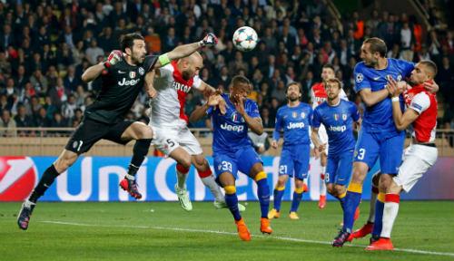 """Messi, Ronaldo kinh sợ: """"Người nhện"""" Buffon đua Bóng vàng - 1"""
