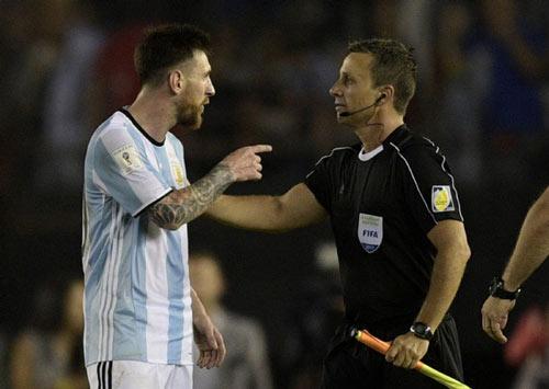Messi bất ngờ được FIFA xóa án, bế tắc gia hạn Barca - 1